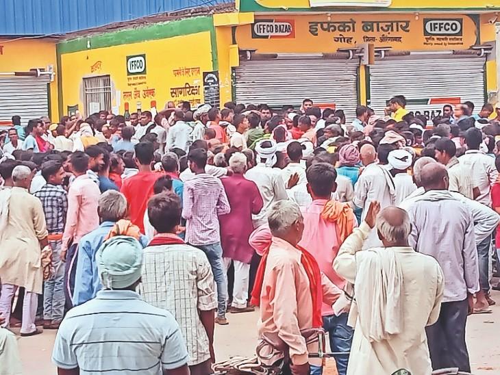 इफको बाजार के पास किसानों की लगी भीड़। - Dainik Bhaskar