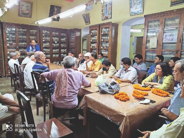 स्वास्थ्य परिचर्चा में भाग लेते यूथ हॉस्टल एसोसिएशन ऑफ इंडिया भोजपुर के सदस्य। - Dainik Bhaskar