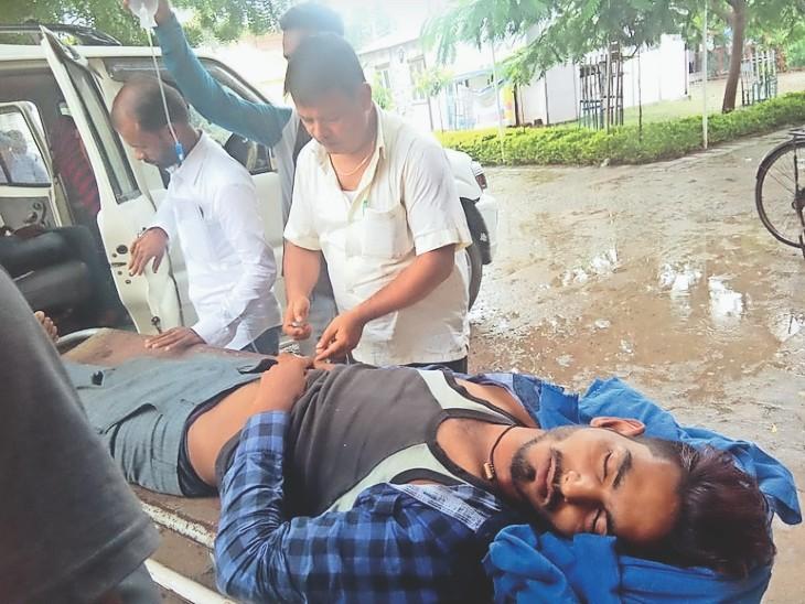 अस्पताल से रेफर होता जख्मी। - Dainik Bhaskar