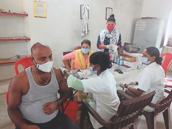 वैक्सीनेशन सेंटर पर दूसरा डोज लेते यूनिसेफ के कुमुद रंजन मिश्रा। - Dainik Bhaskar