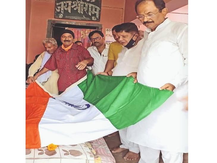 तिरंगा ओढ़ा कर श्रद्धांजलि देते हुए पूर्व मंत्री सुरेश शर्मा। - Dainik Bhaskar