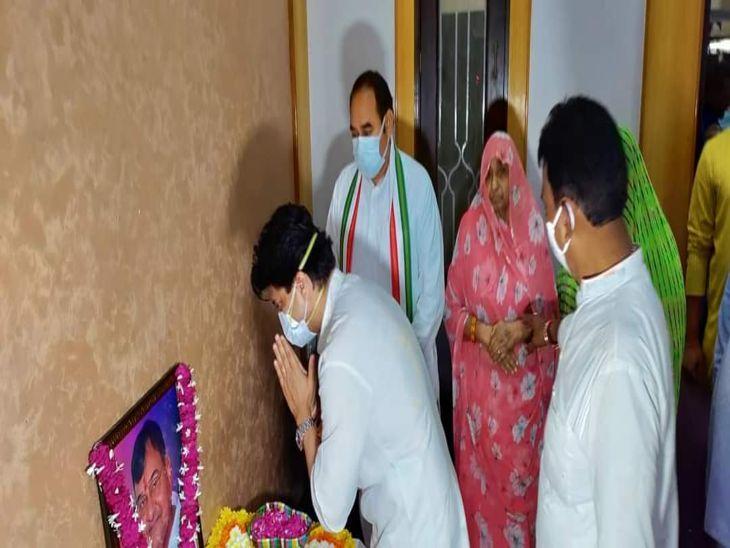 पूर्व मंत्री रामेश्वर पटेल को श्रद्धांजलि अर्पित करते मंत्री ज्योतिरादित्य सिंधिया।