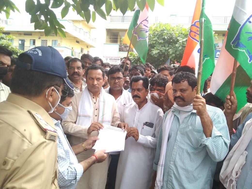 ज्ञापन सौंपते कांग्रेस विधायक सुरेंद्र सिंह बघेल व अन्य कार्यकर्ता। - Dainik Bhaskar