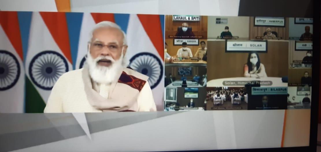 प्रधानमंत्री नरेंद्र मोदी लोगों के साथ बातचीत करते हुए।