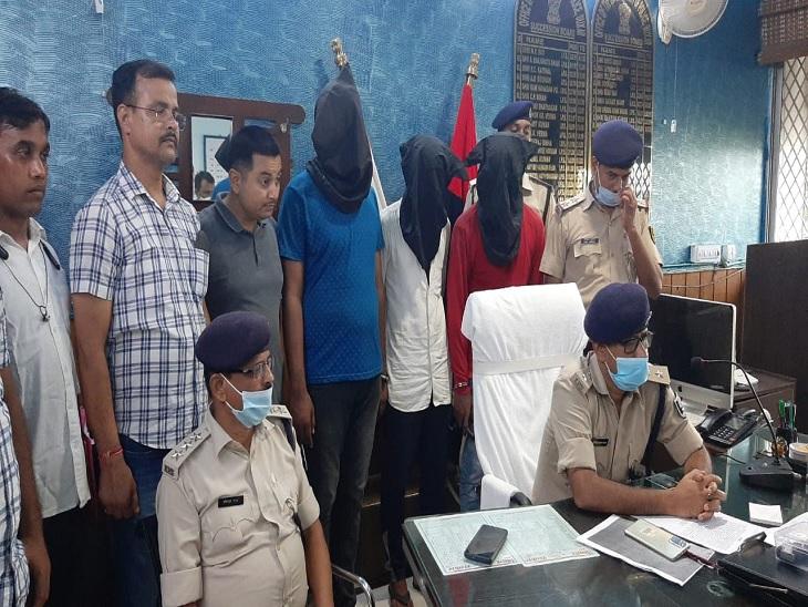 अपराध की योजना बनाते हुए तीन युवकों को पुलिस ने दबोचा; पिस्टल का भय दिखाकर राहगीरों को लूटते थे|बक्सर,Buxar - Dainik Bhaskar