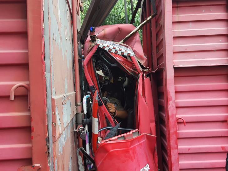 टक्कर के बाद क्षतिग्रस्त हुआ ट्रक और बीच में फंसी महिला कॉन्स्टेबल।