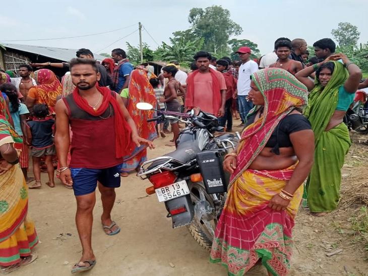 घटनास्थल पर मौजूद ग्रामीण। - Dainik Bhaskar