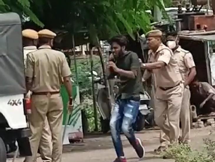 हंगामाकर रहे छात्रों को पुलिस ने खदेड़ना शुरू किया।