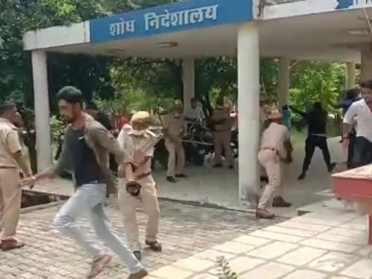 अंदर जाने के लिये छात्रो की पुलिस के साथ धक्का मुक्की भी हुई।