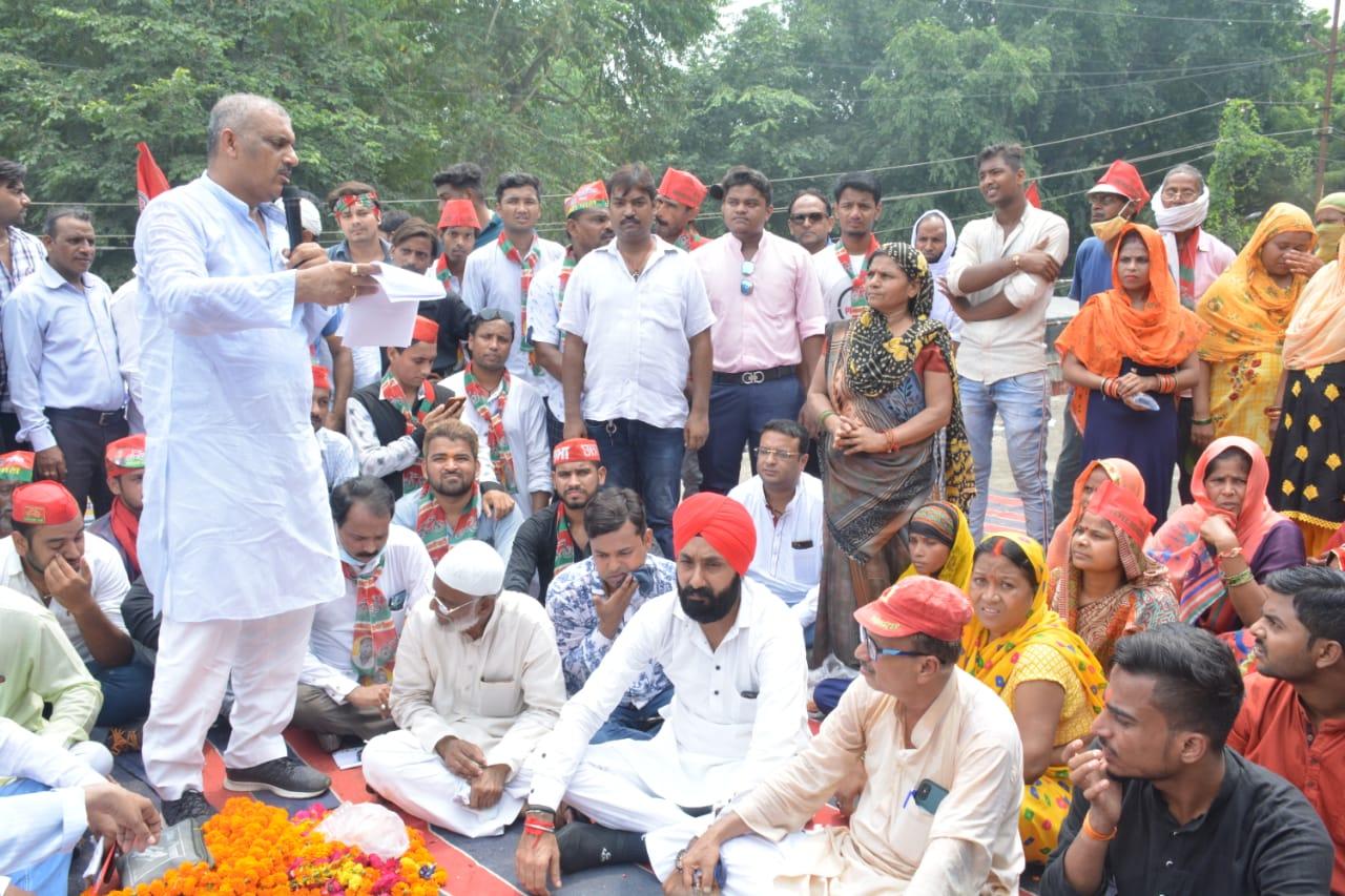 सपा विधायक ने स्थानीय लोगों के साथ किया प्रदर्शन, जल निगम ने 25 दिन में 120 मीटर पाइप डालने का दिया आश्वासन|कानपुर,Kanpur - Dainik Bhaskar