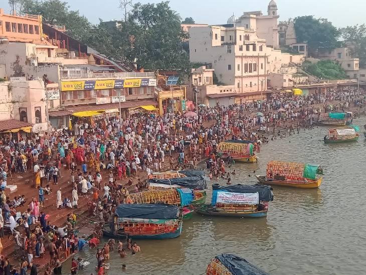 मंदाकिनी नदी में डुबकी लगाने उमड़ी लोगों की भीड़, मनोकामना पूरी होने के लिए कामदगिरी की परिक्रमा भी की|सतना,Satna - Dainik Bhaskar
