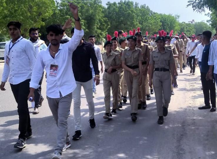 NCC कैप्टन का तबादला निरस्त करने की मांग को लेकर लामबंद हुए छात्र, कॉलेज में नारेबाजी कर पहुंचे कलेक्ट्रेट, कलेक्टर को सौंपा ज्ञापन|नागौर,Nagaur - Dainik Bhaskar