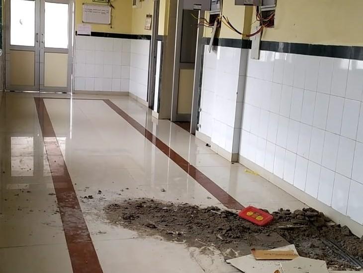 ऑपरेशन थियेटर में करंट के कारण फटी टाइल्स की जगह। - Dainik Bhaskar
