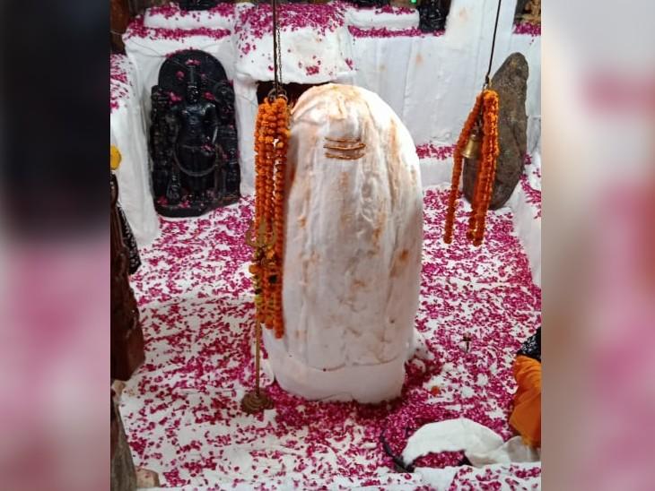108 पत्थरों के पिल्लरों पर बिना सीमेंट के खड़ा है शिवालय,श्रावण के आखिरी सोमवार पर दर्शनों को लगा भक्तों का तांता|डूंगरपुर,Dungarpur - Dainik Bhaskar