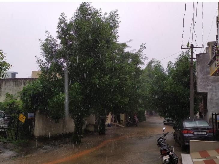 बारिश के बाद सड़क पर बहता पानी। - Dainik Bhaskar