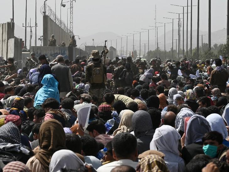 15 दिन पहले काबुल एयरपोर्ट पर कुछ ऐसा था नजारा जब लाखों लोग यहां से रेस्क्यू किए जाने के इंतजार में थे।