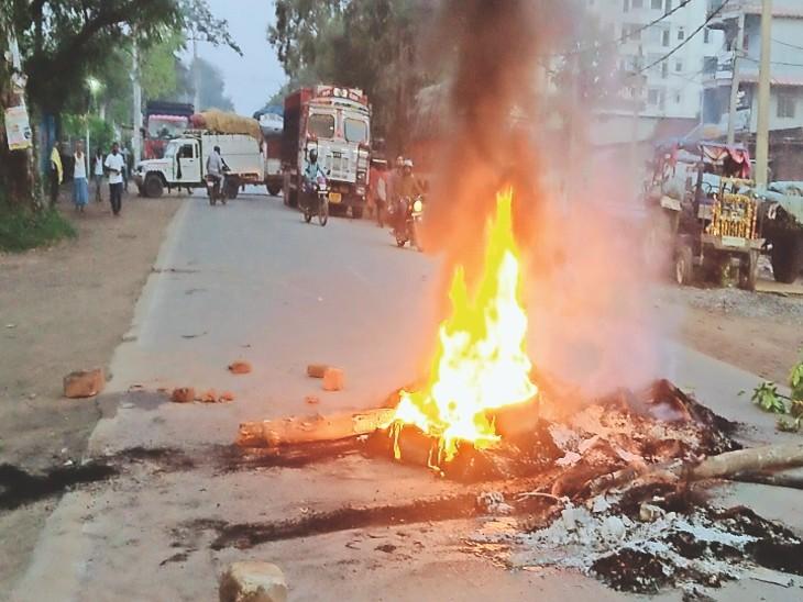 आगजनी, गोलीबारी में घायल एक युवक का पीएमसीएच में चल रहा इलाज, लोगों ने एनएच 30 को 12 घंटे तक किया जाम, मामले में चार संदिग्ध गिरफ्तार|बिहटा,Bihta - Dainik Bhaskar