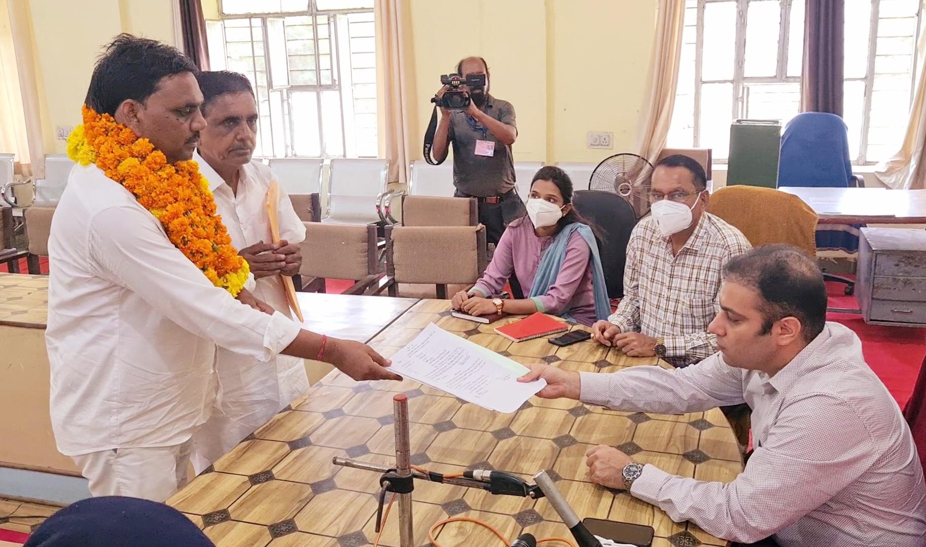 कांग्रेस के हीरालाल सैनी बनेंगे दौसा के जिला प्रमुख, महुवा प्रधान की कुर्सी के लिए देखने को मिलेगा रोचक मुकाबला|दौसा,Dausa - Dainik Bhaskar