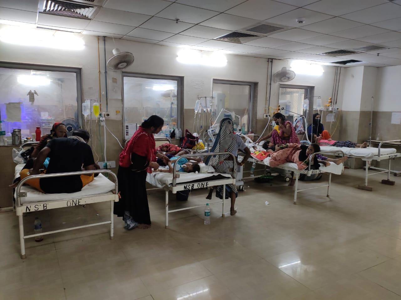 एसएन मेडिकल कॉलेज के बाल रोग विभाग में डेंगू के लक्षण वाले 13 बच्चे भर्ती हैं। - Dainik Bhaskar