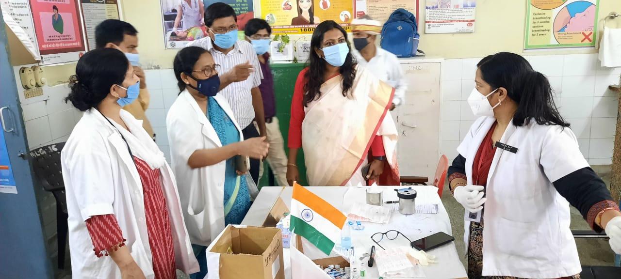 महिला अस्पताल में व्यवस्थाएं देखती डीएम - Dainik Bhaskar