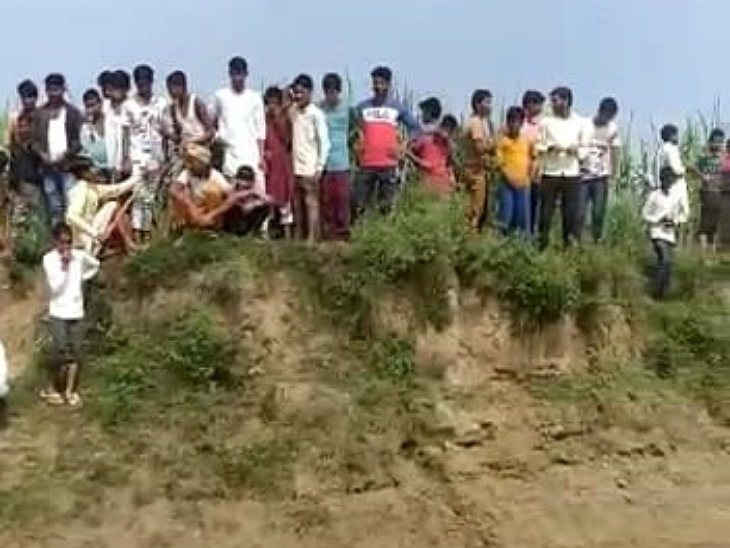 रामपुर में रामगंगा नदी के रायपुर किशनपुर घाट पर मगमच्छ देखने को उमड़ी भीड़।