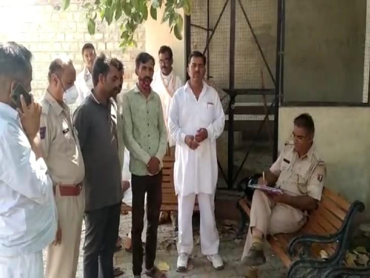 बाड़मेर मोर्चरी के आगे खड़े परिजन और पुलिस। - Dainik Bhaskar