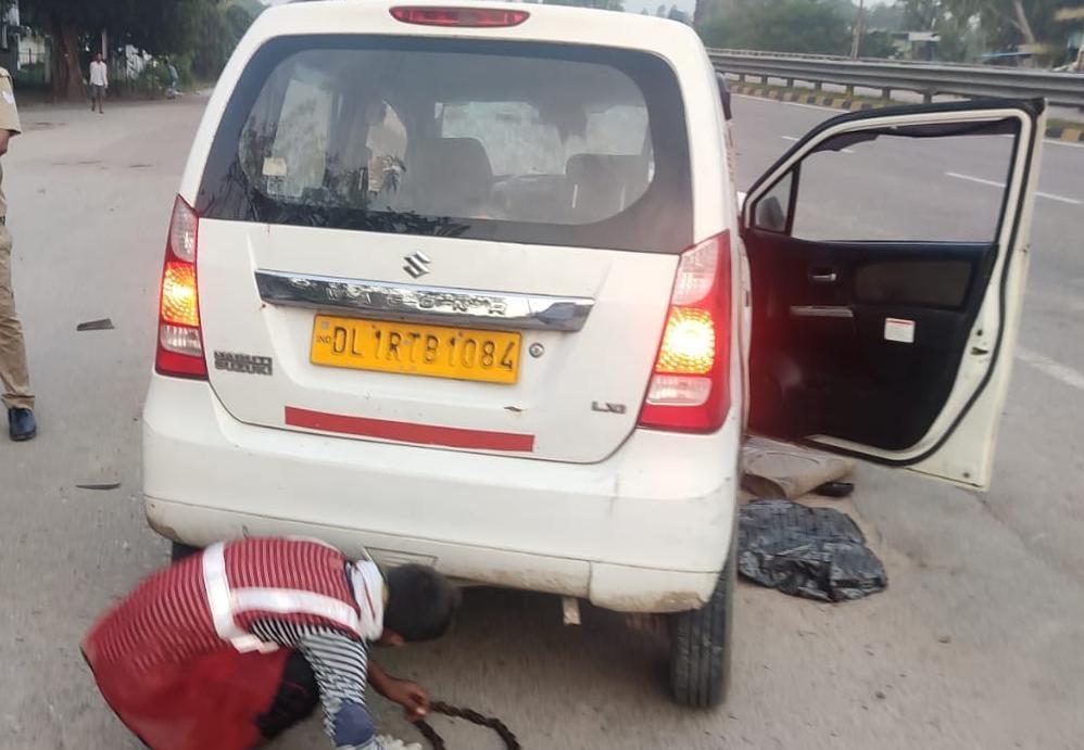 घटना के बाद घायलों को निकालते ग्रामीण