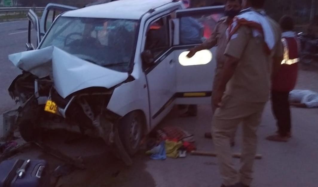 बिहार से नई दिल्ली जा रहा था परिवार, बाइक सवार को बचाने के चक्कर में कार डिवाइडर से टकराकर पलटी|अयोध्या,Ayodhya - Dainik Bhaskar