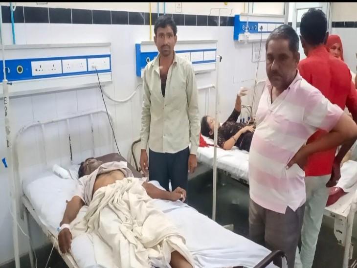 बाड़मेर अस्पताल में भर्ती घायल बुजुर्ग। - Dainik Bhaskar