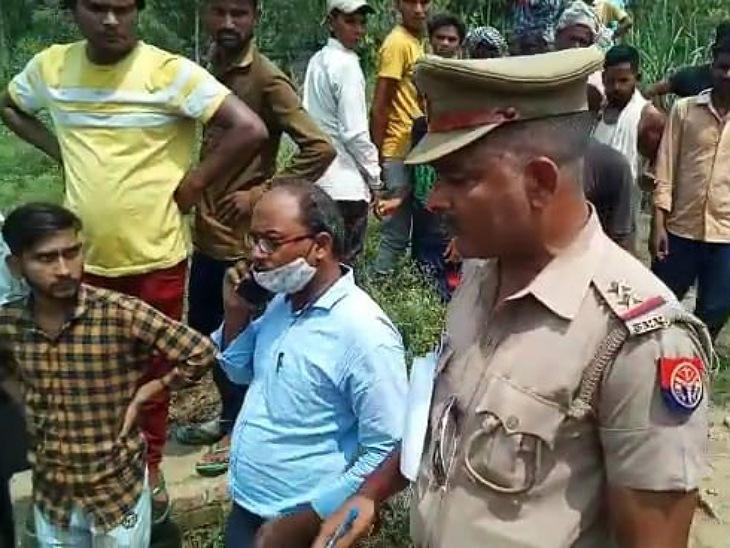 तालाब में करंट से एक युवक और 13 पशुओं की मौत के बाद मौके पर पहुंची पुलिस।