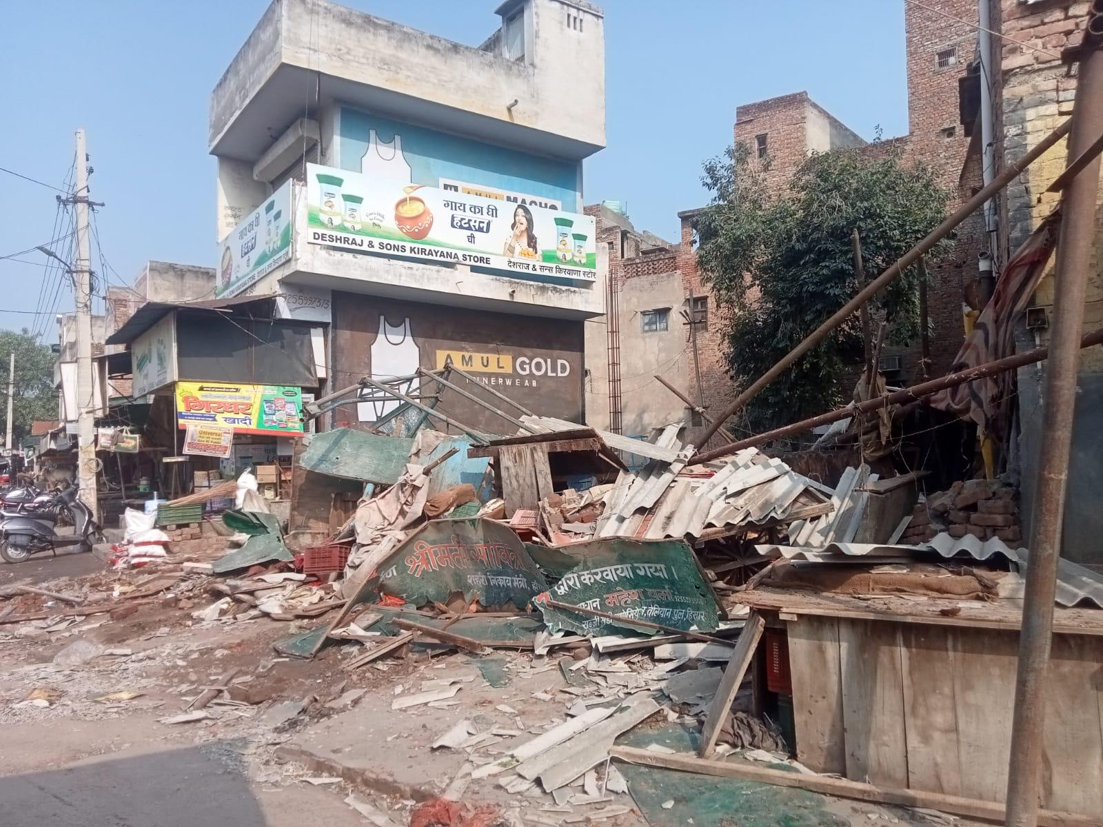 पुरानी सब्जी मंडी एरिया में 30 से ज्यादा चबूतरे-शेड तोड़े; CM विंडो पर शिकायत का हवाला देकर की कार्रवाई, विरोध में मार्केट बंद कर दुकानदार धरने पर|हिसार,Hisar - Dainik Bhaskar
