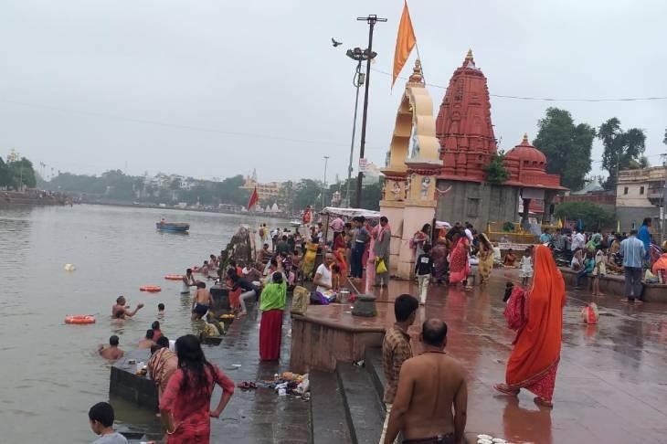 सोमवती अमावस्यापर प्रतिबंध के बाद भी श्रद्धालु रामघाट पर स्नान करनेपंहुचे उज्जैन,Ujjain - Dainik Bhaskar