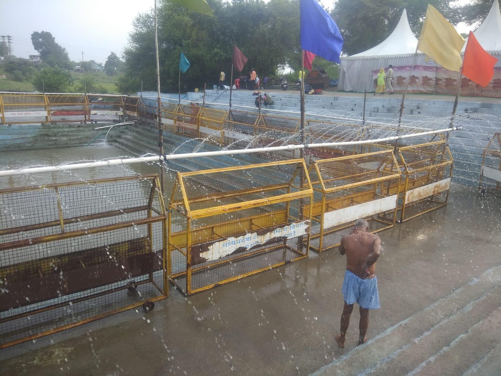 श्रद्धालु नदी में स्नान न करें इसलिए प्रशासन ने यहां फव्वारे लगवा दिए थे।