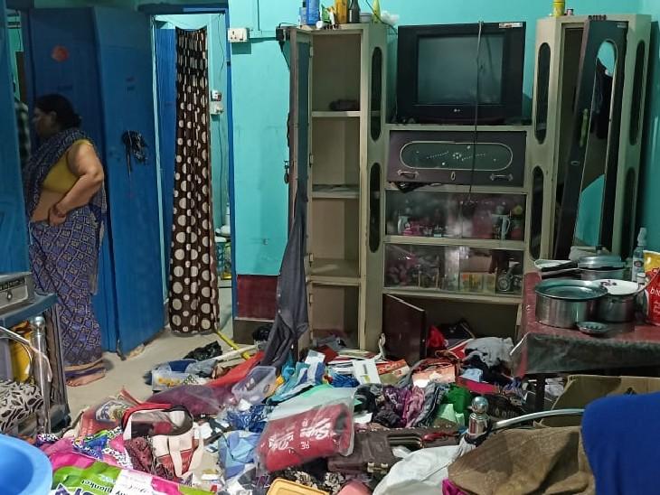 कुल्हाड़ी से घर का दरवाजा तोड़ अंदर घुसे डकैत, घरवालों को बंधक बनाकर कैश और सोने-चांदी के आभूषण लूट कर फरार हो गए|अररिया,Araria - Dainik Bhaskar