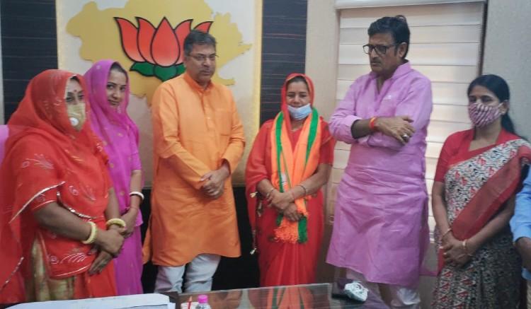 जयपुर जिला प्रमुख चुनाव में झटका, कांग्रेस की दावेदार रमा देवी को बीजेपी ने बनाया उम्मीदवार, महेश जोशी बोले- बीजेपी हॉर्स ट्रेडिंग कर रही|जयपुर,Jaipur - Dainik Bhaskar