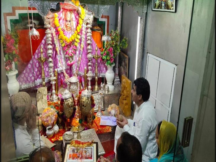 अशोक गहलोत के जल्द स्वस्थ होने के लिए तनोट माता मंदिर में हुई पूजा, पुजारी ने सीएम के लिए भेंट की माता की फोटो|जैसलमेर,Jaisalmer - Dainik Bhaskar