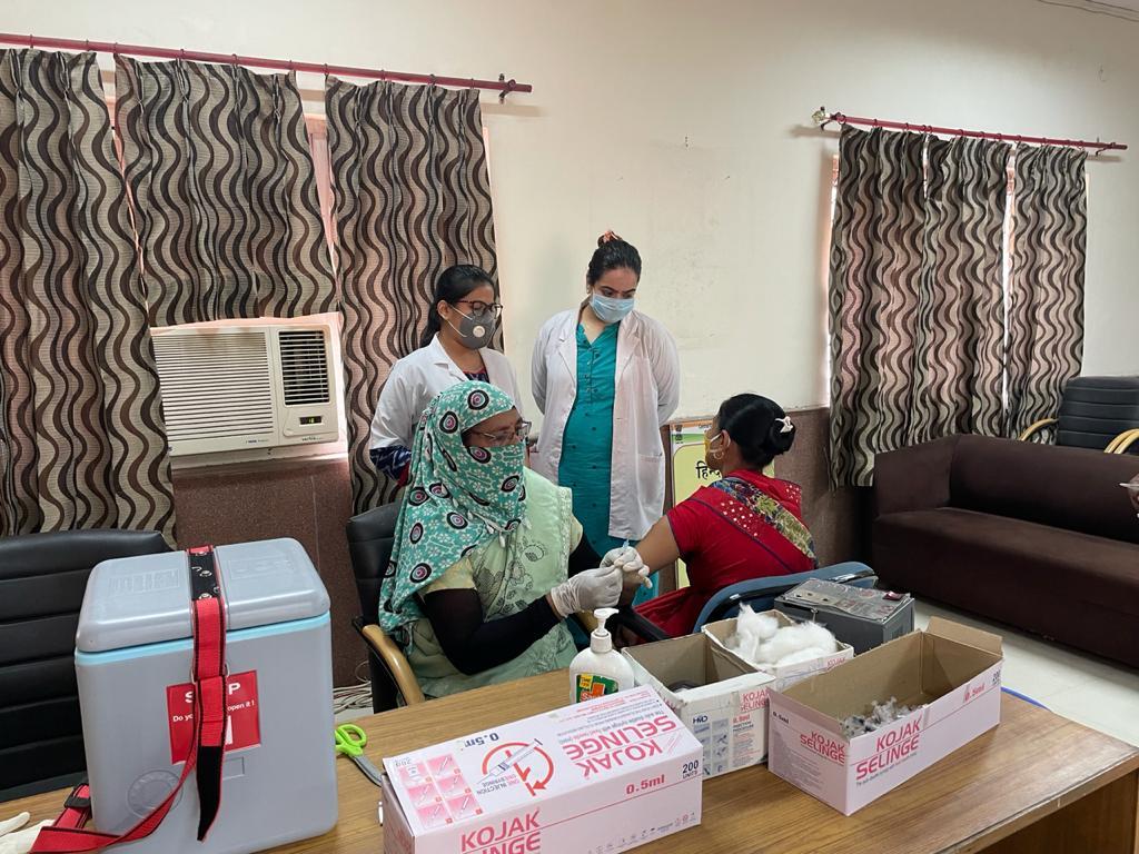 हेल्थ सेंटर पर वैक्सीनेशन कराने पहुंची महिला
