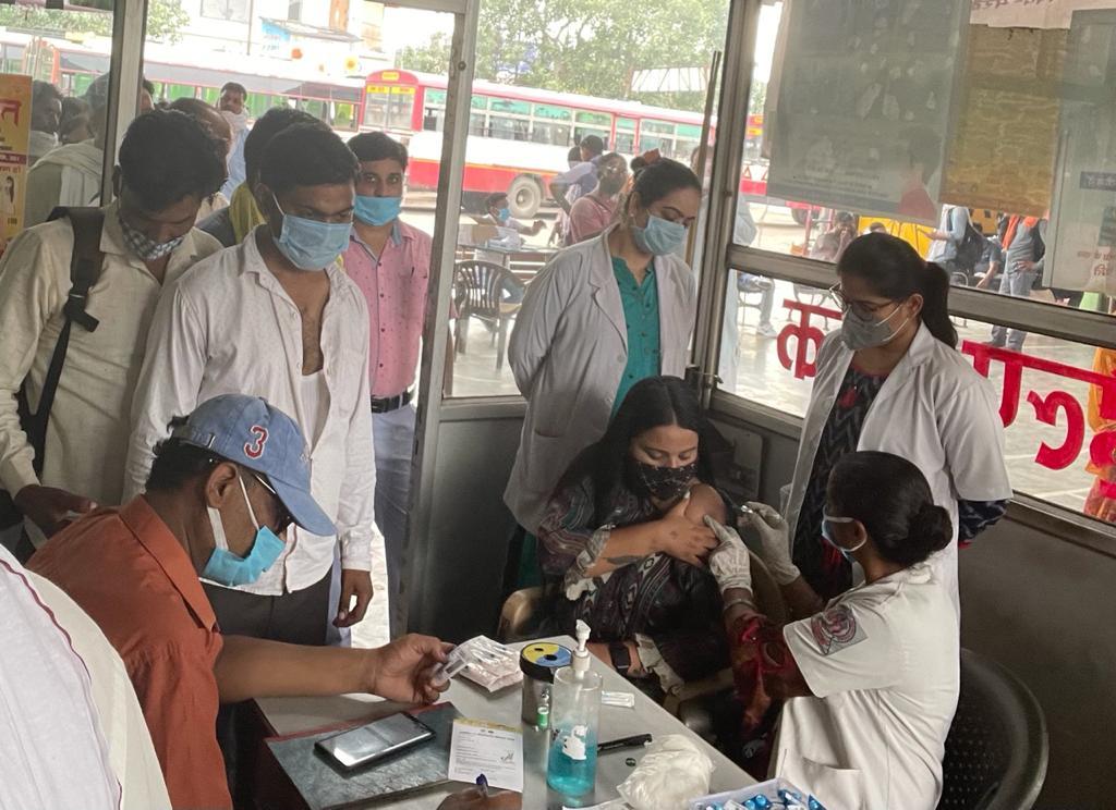 सोहराब गेट बस अड्डे पर वैक्सीनेशन कैम्प में निरीक्षण करने पहुंची डॉ. शिखा त्रिपाठी व टीम