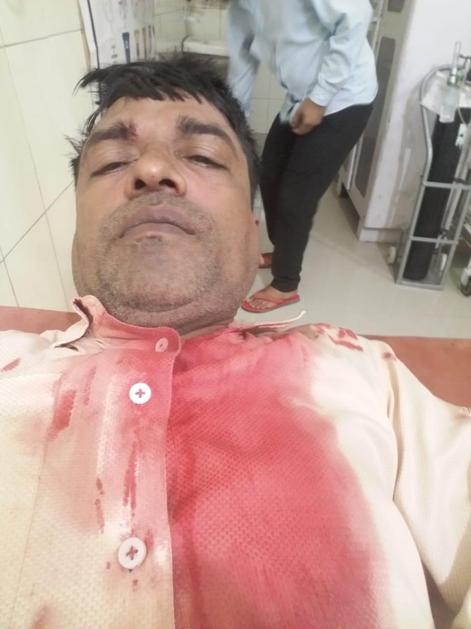 घायल दिनेश कुमार अस्पताल में उपचाराधीन। - Dainik Bhaskar