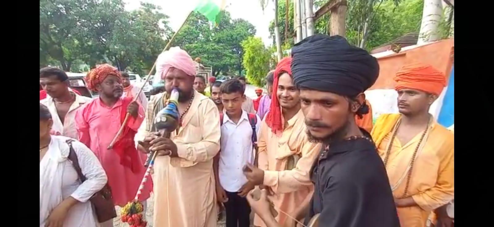 मेरठ में डीएम कार्यालय के बाहर बीन बजाकर प्रदर्शन करते 20 से ज्यादा संख्या में सपेरा समाज के लोग। - Dainik Bhaskar
