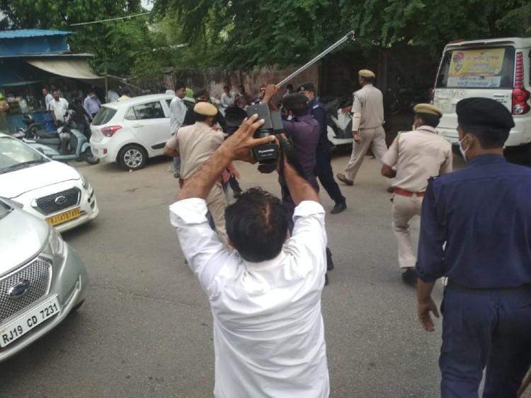 जिला परिषद के बाहर हंगामा कर रहे कांग्रेस कार्यकर्ताओं पर लाठीचार्ज, पहले धक्का मुक्की की फिर बीजेपी की बस पर मुक्के बरसाए|राजस्थान,Rajasthan - Dainik Bhaskar