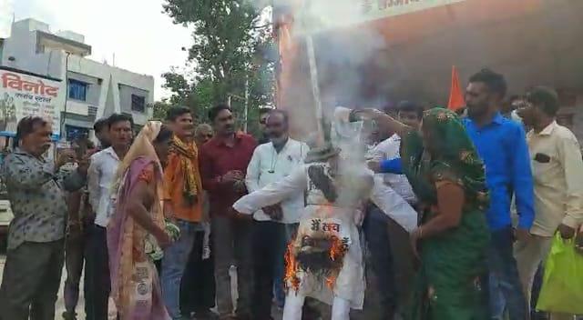 पीड़ित परिवारों के साथ हिंदु जागरण मंच का छठवें दिन धरना प्रदर्शन, पुतला फूंक प्रशासन को दी चेतावनी; बोले : जिहादियों को भी जला देंगे|खंडवा,Khandwa - Dainik Bhaskar
