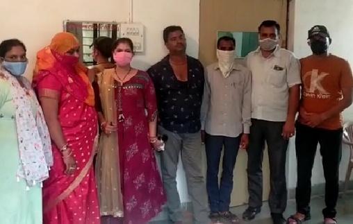 एसीबी टीम के साथ गिरफ्तार तीनों आरोपी। गुलाबी साड़ी में ग्राम विकास अधिकारी, नीली शर्ट में सरपंच पति और मुंह पर रूमाल बांधे हुए है प्राइवेट व्यक्ति।