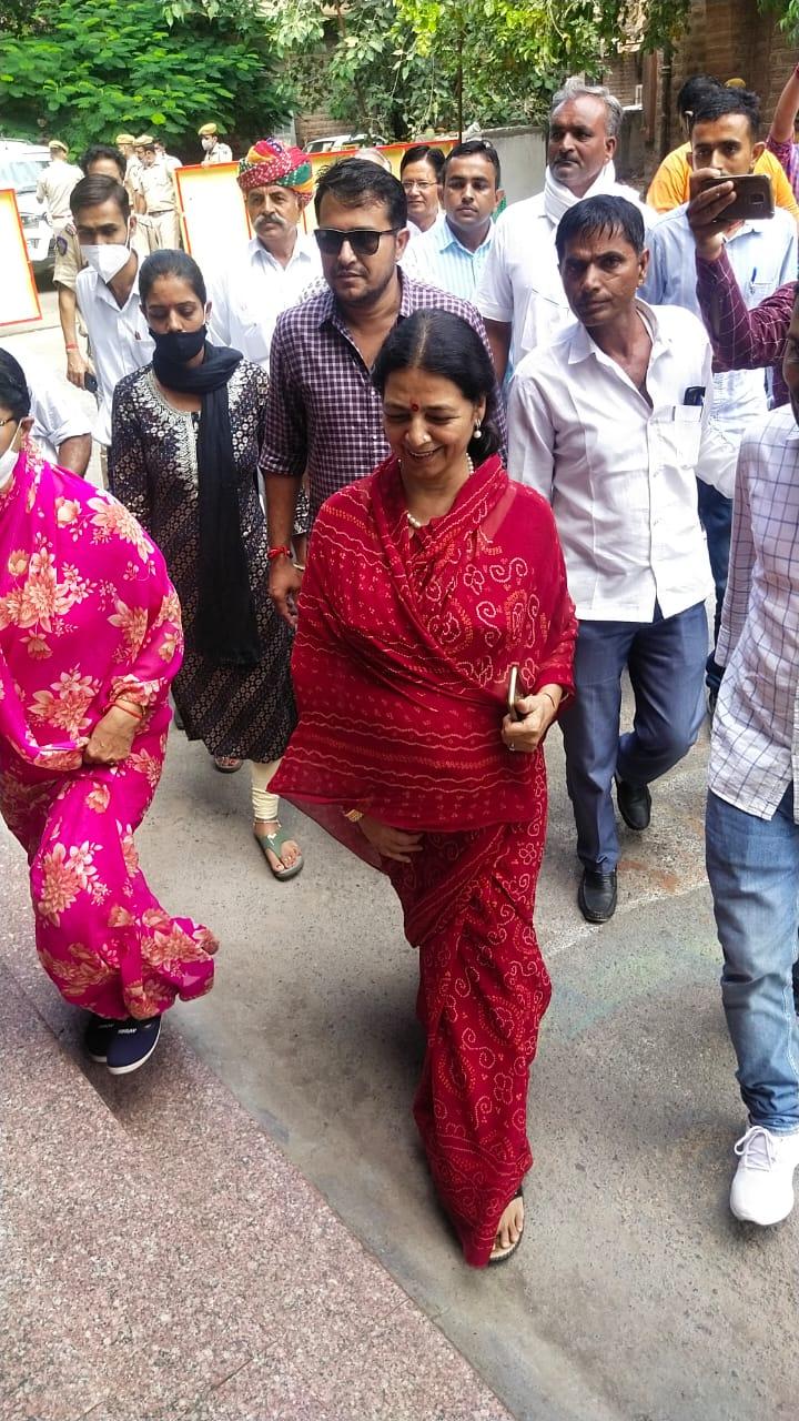कांग्रेस प्रभारी के बयान के बाद ही बदल गई रणनीति, बोले- दूसरे उम्मीदवार नाम लेंगे, 1 बजे तक कोई नहीं पहुंचा, भाजपा-कांग्रेस के 5 प्रत्याशी मैदान में|जोधपुर,Jodhpur - Dainik Bhaskar