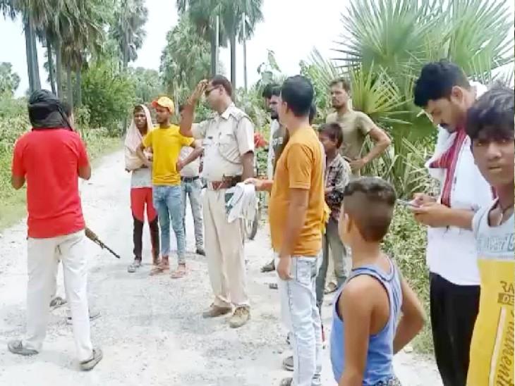 घटनास्थल पर लगी लोगों की भीड़। - Dainik Bhaskar