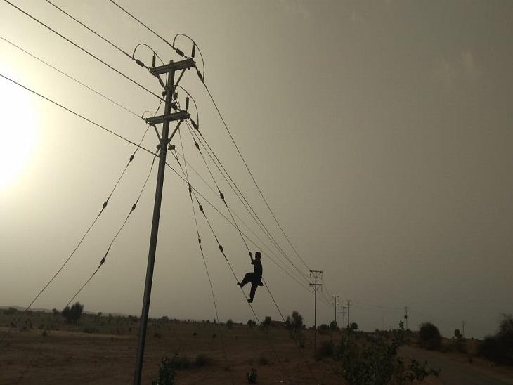 रिफ्लेक्टर के लालच में हाईवोल्टेज लाइन से खेल रहे बच्चे; एसपी ने किया आगाह, हादसे से बचें नहीं तो होगी कार्रवाई|जैसलमेर,Jaisalmer - Dainik Bhaskar