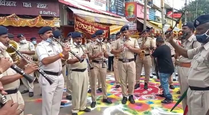सवारी शुरू होने से पहले पुलिस बैंड ने शिव महिमा की प्रस्तुति दी।