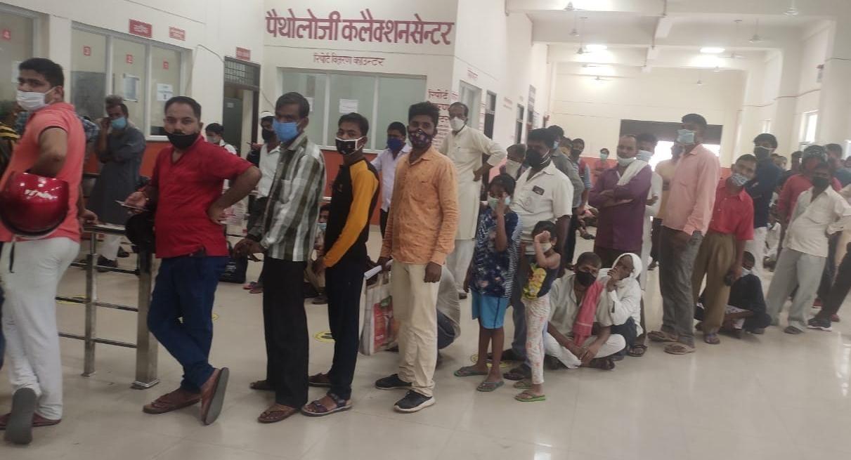 एसएन मेडिकल कॉलेज की ओपीडी में पर्चा बनवाने लगी लाइन।