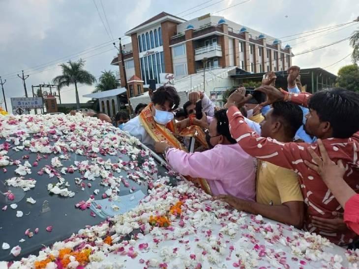 उज्जैन पहुंचने पर सिंधिया का कई जगह स्वागत किया गया। - Dainik Bhaskar