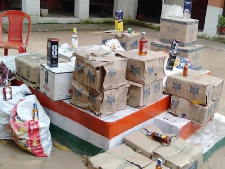रोहतास में खेत के नीचे से निकली शराब, ऊपर मिट्टी डालकर लगा दिया था बैगन का पेड़, पुलिस ने निकाली 632 बोतल शराब|रोहतास,Rohtas - Dainik Bhaskar